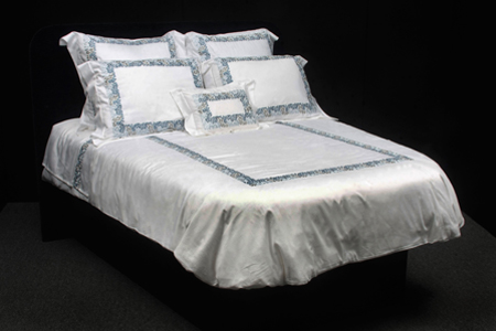 white-bed-sheet-set-with-blue-trim